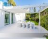 Aluminium-Pregola mit Kipp-Lamellen. Typ Brustor B200 Farbe weiß über Terrassen-Essplatz