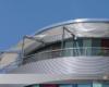 Textile Architektur mit einem Fassaden-/ Balkon-Ganzjahressel als Sonnen- und Regenschutz